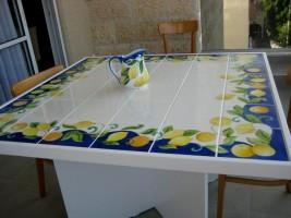 שולחן מאריחי קרמיקה מצויירים