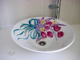 פרחים מצוירים על כיור