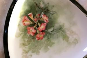 פרחים מצוירים על פורצלן